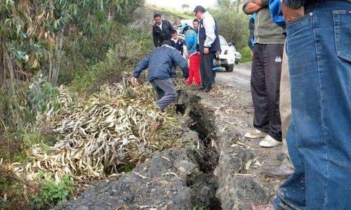 500-earth-cracks-peru